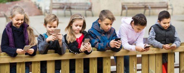 Znalezione obrazy dla zapytania male dzieci z smartfonem w reku zdjecia