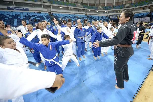 Faixa-marrom de Jiu-Jitsu, Jessica Bate-Estaca deu dicas para as crianças (Foto: Alexandre Loureiro)