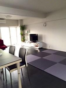 ブルーバイオレット色の畳スペースでシックなお部屋