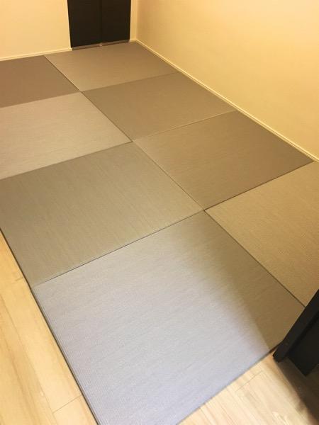 スギ柄のフローリングにグレー色の畳