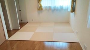 アイボリーの色で注文しようと考えていますが、畳を置く向きを変えることで2色のように見えるのでしょうか?