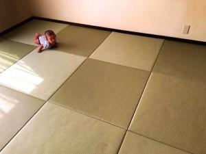 赤ちゃんと畳、親の愛情が伝わる1枚