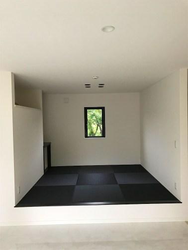黒い畳を敷いた部屋
