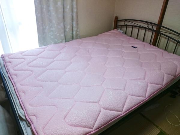 柔らかいマットのベッド