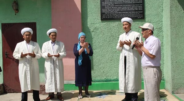 В Алматы открыли мемориальную доску Исмагилю Шарипову