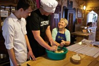 Обеденный зал в ресторанчике «Татарская юрта»; Дженнета Богданович показывает посетителям, как замешивать тесто по одному из ее многочисленных татарских рецептов.
