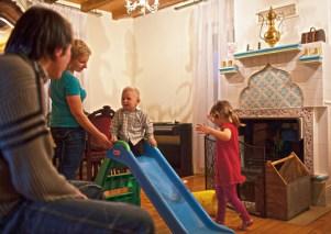 Мусульманин и католичка Джемиль и Кася Гембицкие играют с детьми у себя дома в Крушинянах. Младшего, Селима, они воспитывают мусульманином, старшую Лилию — католичкой