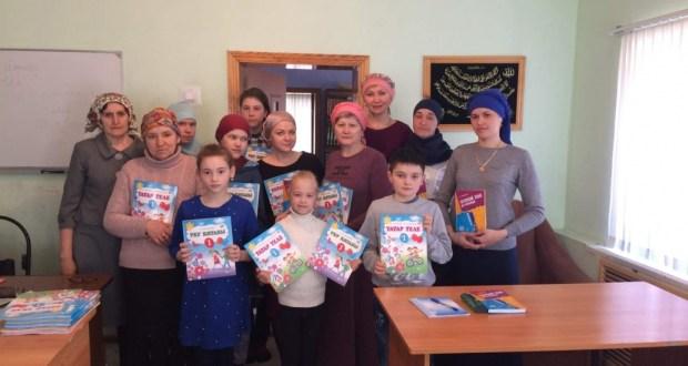 Бөтендөнья татар конгрессы Пенза өлкәсендә оештырылган татар теле курслары укучыларын уку әсбаплары белән тәэмин итте