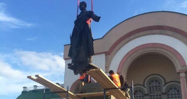 Памятник Габдулле Тукаю установлен в Уфе перед театром