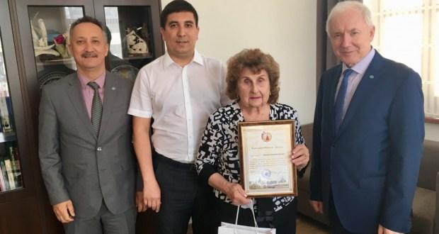 Надежду Новикову наградили благодарственном письмом конгресса татар