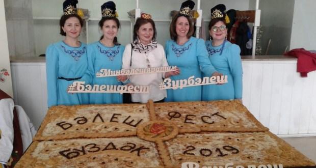Башкортстанның Бүздәк район үзәгендә 80 килограммлы бәлеш пешерделәр