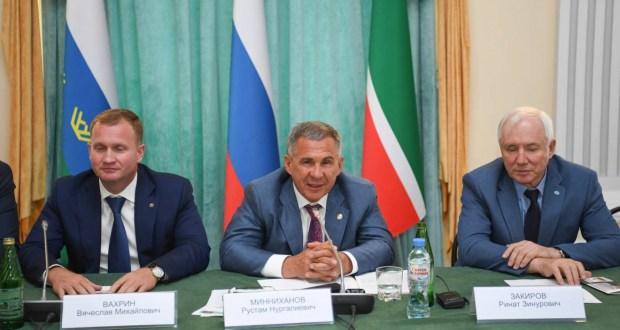 Рөстәм Миңнеханов Төмән өлкәсендә татар җәмәгатьчелеге активы белән очрашты