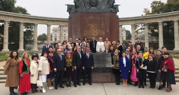 In Vienna, laid flowers at the monument to the heroes of the Soviet army