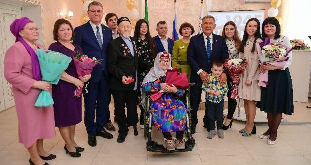 Рустам Минниханов вручил медали 75-летия Победы супружеской паре в Нурлате