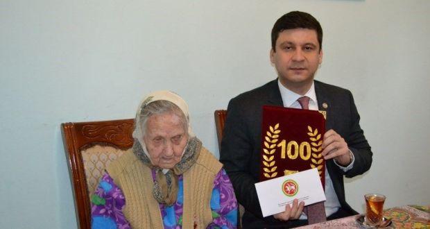 В Баку поздравили ветерана Великой Отечественной Войны со 100-летием