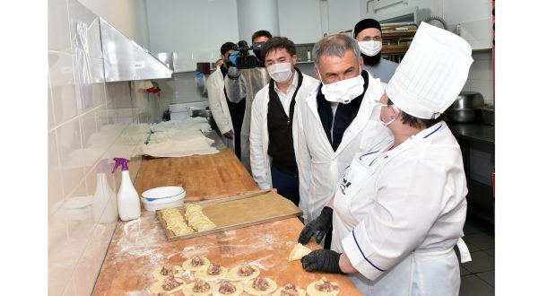 Rustam Minnikhanov visited the center for  formation of iftar sets at the Ak Bars Arena stadium
