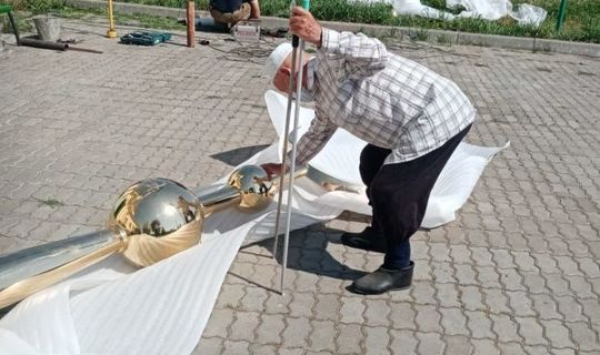 На минарет мечети в селе Каргополь установили новый полумесяц