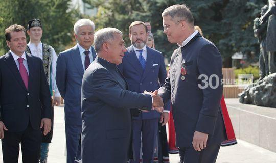 Рөстәм Миңнеханов Радий Хәбировка «ТАССРның 100 еллыгы» медален тапшырды