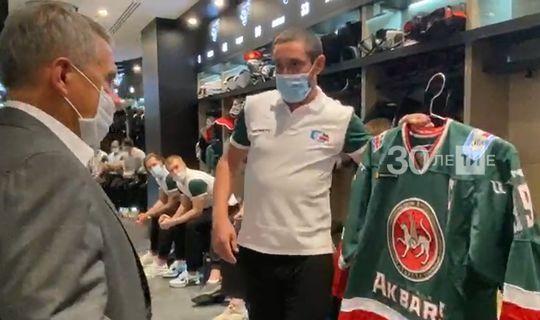 Данис Зарипов вручил Президенту РТ именную фуфайку клуба «Ак Барс»