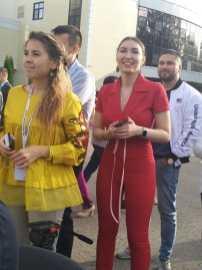 ДТМ кызыл костюмлы кыз