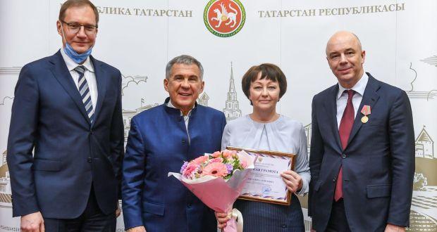Рөстәм Миңнеханов ТАССРның 100 еллыгы медальләрен тапшырды