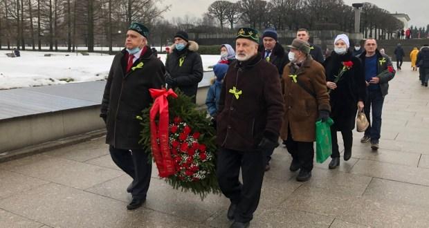 Татарская общественность возложила венок и цветы на Пискаревском мемориальном кладбище