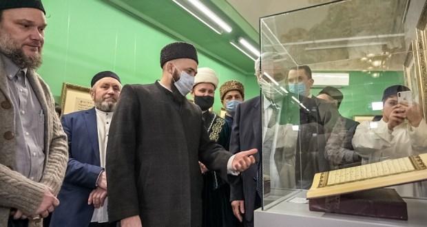 В Елабуге муфтий открыл выставку «В мире священного Корана»
