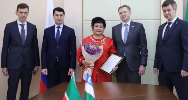Райхан Манняповой торжественно вручили в Ташкенте благодарность Президента Республики Татарстан
