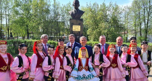 Tatarstan President Rustam Minnikhanov laid flowers at the Tukay monument in Bardymsky district
