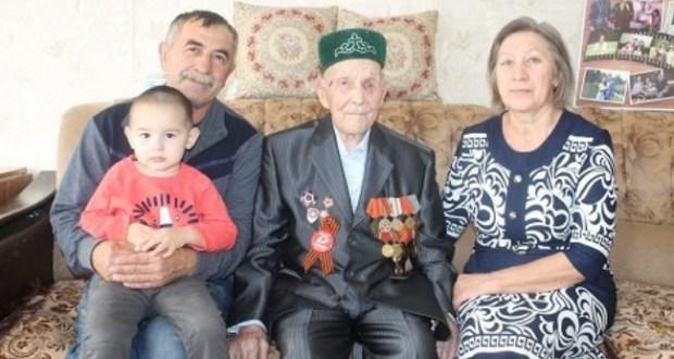 Кырмыскалы районының иң өлкән кешесе, Бөек Ватан сугышы ветераны Сабирҗан Әсфәндияров котлаулар кабул итә
