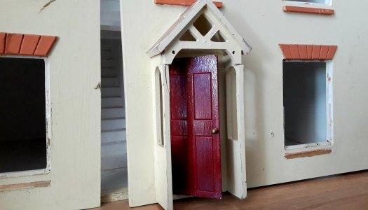 DIY: drewniany domek dla lalek z Twoją pomocą