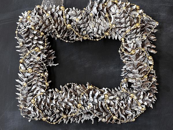 Happy Holidays: Simple Pinecone Wreath