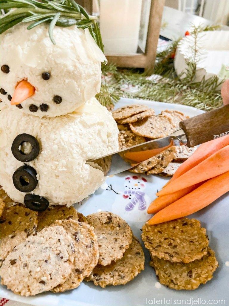 Recette de boule de fromage blanc bonhomme de neige de 15 minutes.  Mozzarella, fromage à la crème, sauce Worchesterchire et épices roulées dans du parmesan rasé.  Divisez la boule de fromage en deux parties et transformez-la en un délicieux bonhomme de neige qui sera le succès de toutes les fêtes ou fêtes d'hiver!
