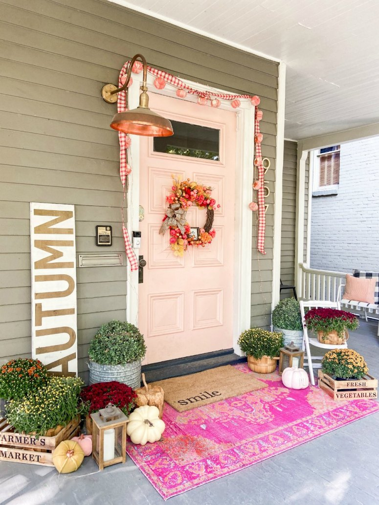 Porche d'automne avec couronne de citrouille à un dollar