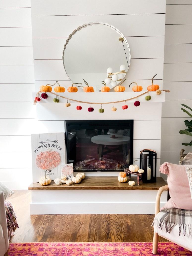 Visite de la maison d'automne colorée de Boho Cottage.  Apportez une ambiance chaleureuse et confortable dans votre maison pour l'automne avec ces idées de décoration d'automne faciles pour votre porche, votre entrée, votre cuisine, votre salle familiale et vos escaliers.