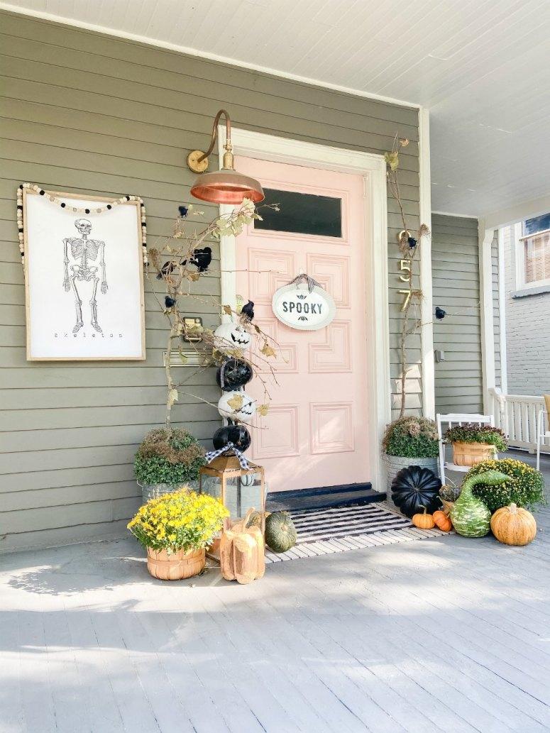 Idées de porche d'automne Boho Cottage.  5 façons de créer une pièce extérieure pour l'automne.  Utilisez des meubles en rotin, des fleurs en pot, des citrouilles et des oreillers confortables pour créer un porche d'automne chaleureux et accueillant.