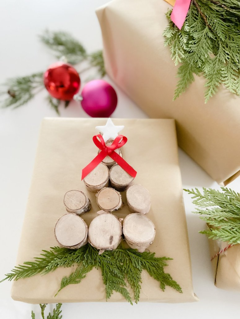 Embellissement d'emballage cadeau en argile bicarbonate de soude bricolage.  En utilisant seulement deux ingrédients de garde-manger et des articles fourragers de votre jardin, vous pouvez créer de magnifiques cadeaux qui auront fière allure sous votre arbre.