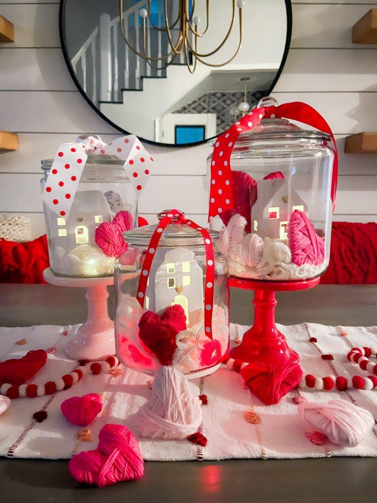 Coeurs en carton d'enveloppe de fil de la Saint-Valentin + centre de table.  Les cœurs en carton enveloppés de fil sont si simples à fabriquer et peuvent être utilisés pour toutes sortes d'artisanat de la Saint-Valentin.  Ajoutez-les à des pots transparents pour une jolie idée de pièce maîtresse!