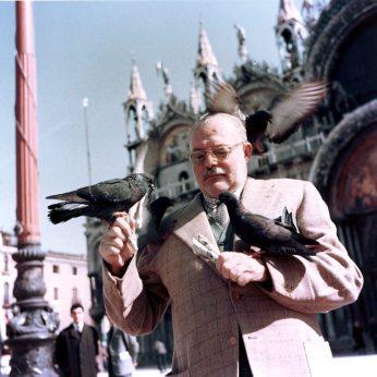 Ernest Hemingway a Venezia in piazza San Marco nel 1954.