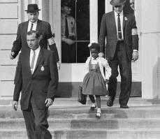 New Orleans, 1960. La bimba afroamericana di 6 anni Ruby Bridges va al suo primo giorno di scuola, ma non è accompagnata in classe dalla mamma o dal papà, ma da quattro poliziotti armati. Il percorso da casa alla scuola lo ha fatto tra due ali di folla, passando in mezzo a persone che le urlavano addosso e tentavano di colpirla. Quando è entrata in aula era l'unica presente, gli altri alunni erano stati ritirati dai genitori e gli insegnanti si sono rifiutati di fare lezione. Tutti tranne una che ha continuato ad insegnare ed è stata la sua unica maestra. Per un anno, la piccola, si è dovuta portare il cibo da casa evitando tentativi di avvelenamento. La sua famiglia ha subito ritorsioni: il padre è stato licenziato, alla madre è stato proibito fare la spesa nel negozio di alimentari vicino casa e i nonni sono stati espropriati dalla terra che coltivavano come mezzadri. Ruby Bridges era la prima nera ad entrare in una scuola fino ad allora riservata ai bianchi.