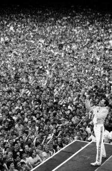 Freddie Mercury si esibisce al Wembley Stadium.