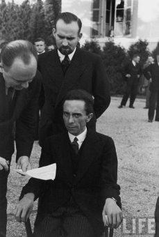 L'espressione di puro disgusto e disprezzo di Joseph Goebbels, ministro della propaganda nazista, dopo aver scoperto che il fotografo era ebreo.
