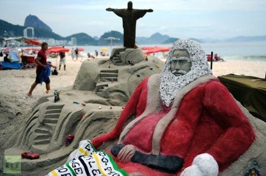 Esculturas na areia na praia de Copacabana no Rio.
