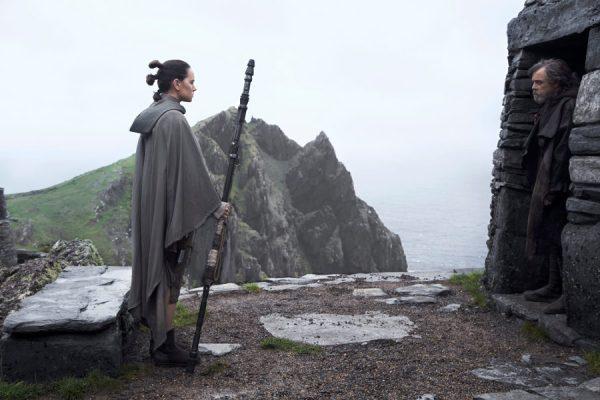 Rey e Luke em Ahch-To.