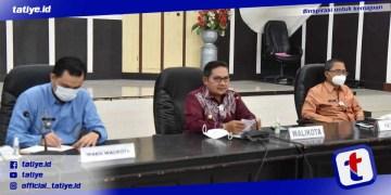 Wali Kota Marten A. Taha didampingi Wawali Ryan F. Kono dan Sekda Ismail Madjid saat memimpin rapat TPID terkait perkembangan inflasi triwulan I Tahun 2021, di Aula Kantor Wali Kota Gorontalo, Kamis (29/04/2021)