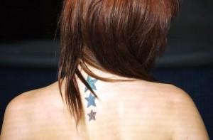 Tatouage nuque étoiles