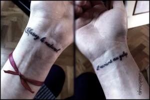 Quelques modèles de jolis tatouages au poignet pour femme - une belle phrase