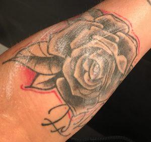 Voorbeeld dat de crème niet in de huid trekt als de tattoo nog niet droog is.