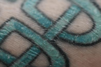 Voorbeeld van een te droge tattoo, die ingesmeerd moet worden