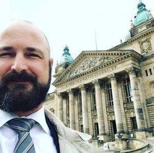 Rechtsanwalt Lars Rieck steht vor dem Bundesverwaltungsgericht in Leipzig